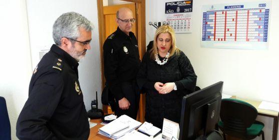 La subdelegada, con el comisario jefe en las dependencias del CNP. / Subdeleg.