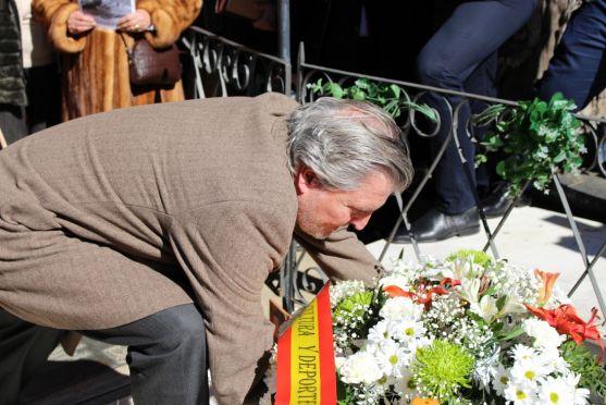 El ministro de Educación deposita un ramo de flores en la tumba de Leonor. /Subdelegación