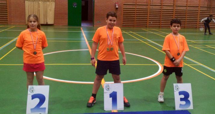Los pequeños con sus medallas./CBS