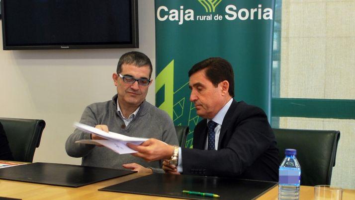 Santamaría (izda.) y Martínez en la rúbrica del convenio de colaboración. /SN