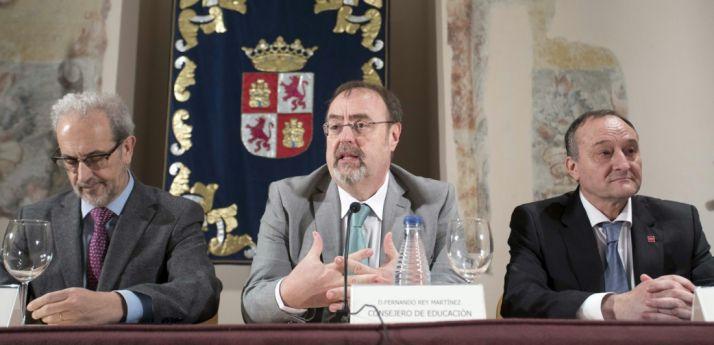 Fernando Rey entre los rectores de Salamanca (izda.) y Valladolid. /Jta.