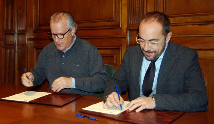 Luis Rey (izda.) y Agustín Latorre en la rúbrica del convenio. /Dip.