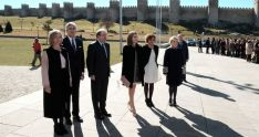 La Reina (ctro.) con el presidente de la Junta este miércoles en Ávila. /Jta.