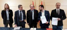 Fernández (izda.), San Vitorio, Herrera, Tudanca y Fuentes en la rúbrica del acuerdo. /Jta.