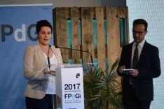Miriam Reyes tras recibir el premio, junto a Àngel Llàcer. /Patricia Lapresta