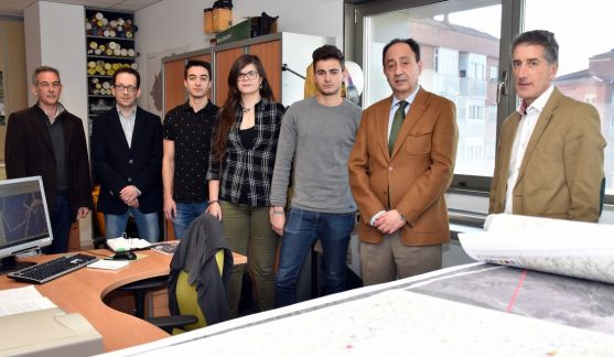 Los estudiantes con el delegado y responsables educativos y de la Junta. /Jta.