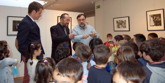 Rey (ctro.) en la visita a la galería soriana. /Dip.