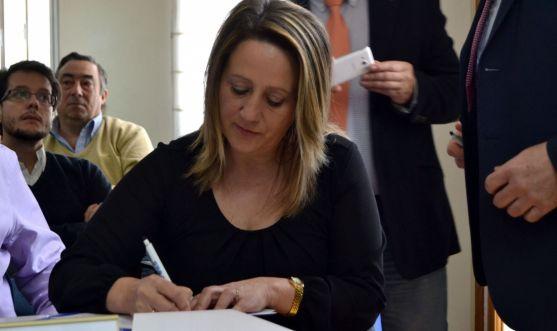 Belén Redondo, (C´s) firmando ayer en FOES./SN