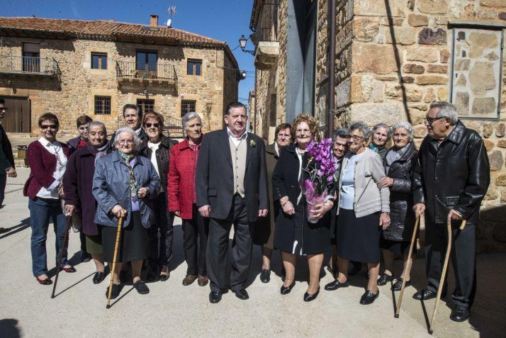 Urbano y Melania con las mujeres de Narros en su 60 aniversario. /Cedidas.