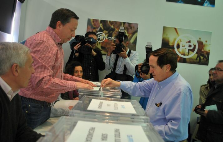 Juan José Lucas emitiendo su voto./SN