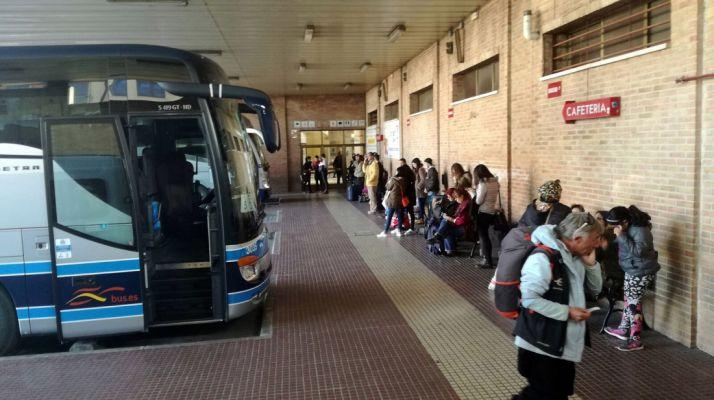 Los viajeros, en la espera esta tarde./SN