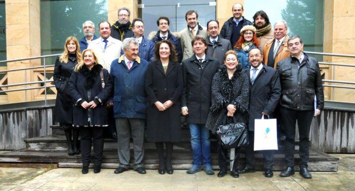 La consejera, en el centro, con autoridades y agrupaciones implicadas en Numancia 2017. /SN