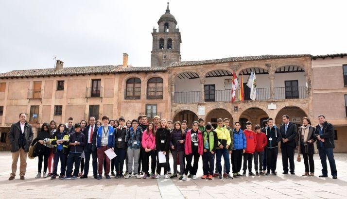 Responsables de Educación con alumnos del CRIE Bilingüe, esta mañana en Medinaceli.