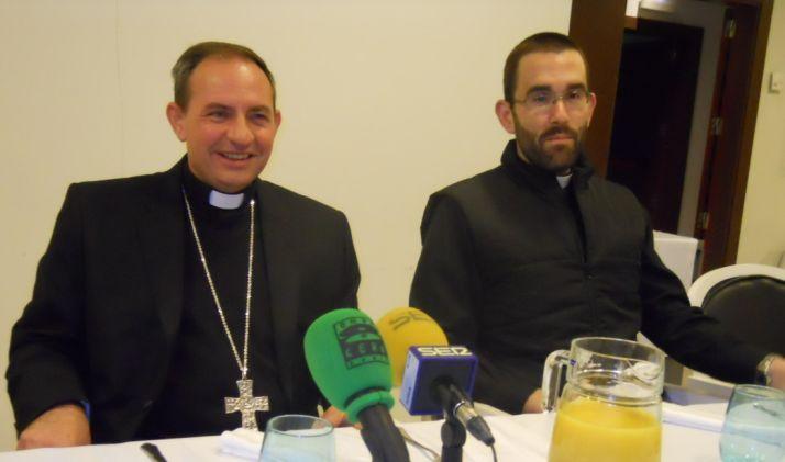 Mons. Abilio junto al Padre Rubén en el acto de esta mañana.