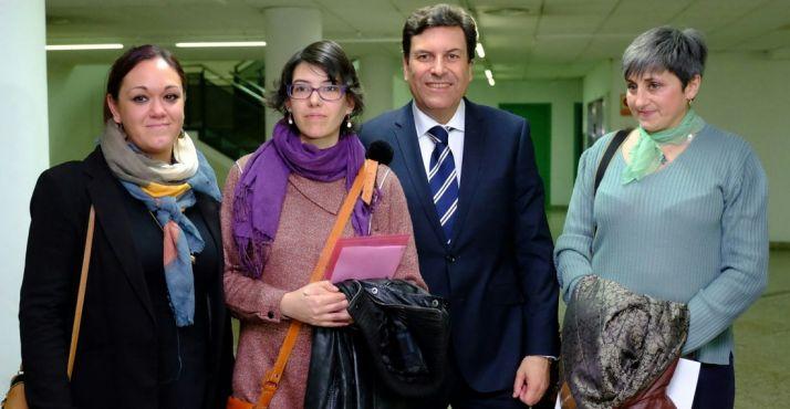 Victoria Tortosa, de La Exclusiva (izda.) en con las ponentes y el consejero. /Jta