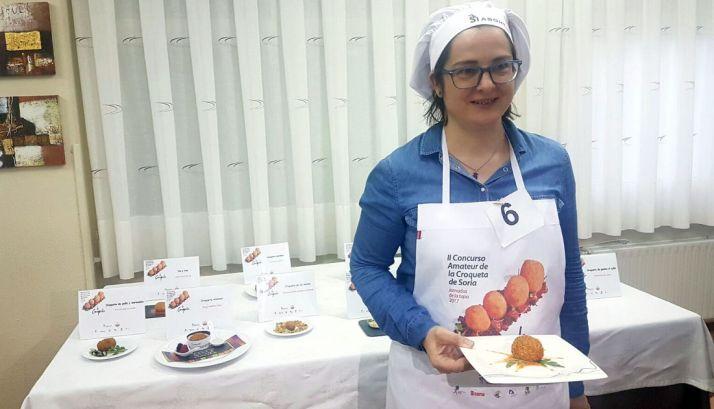 Natalia Borobio muestra su croqueta de 'Gamba y ajillo'. /SN