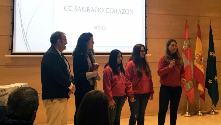 Las alumnas recogiendo el premio.