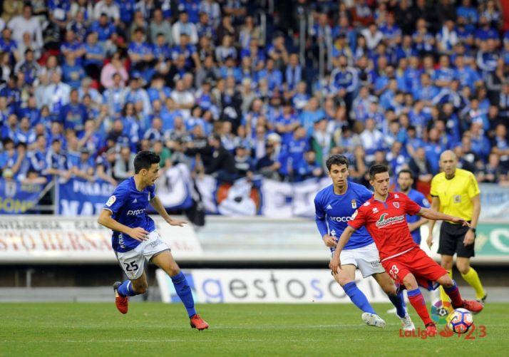 Los aficionados del Real Oviedo llenan la grada visitante en Los Pajaritos. LFP