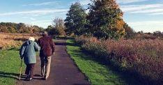 Dos jubilados pasean por un camino de la Comunidad./Epcyl