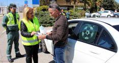 La subdelegada conversa este viernes con un conductor en Almazán. /S. de G.