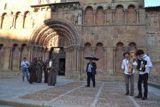Parada de 'La Saturiada' ante la iglesia Santo Domingo. /SN