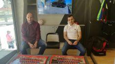Saizar y Luis Valcarce han firmado autógrafos en el autobús-tienda de Errea.