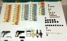 Dinero, armas y objetos recuperaros en la Operación Zotra. /GC