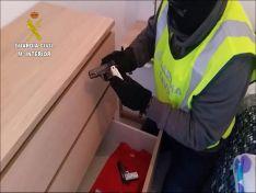 Un agente con una de las armas requisadas./GC