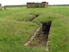 Trincheras junto a los edificios del aeródromo de Garray. ASDEN