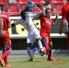 Medina y Amath pelean por un balón. LFP