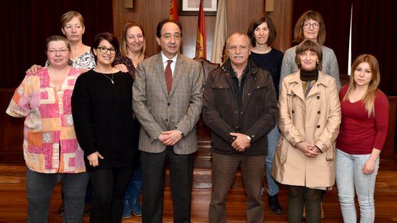 Las alumnas con el delegado y el alcalde. /Jta.