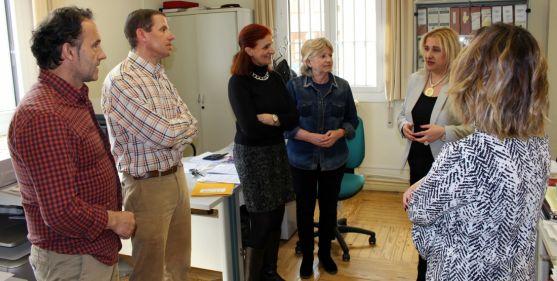 La subdelegada (dcha.) en la visita a la Delegación de Hacienda./SdG