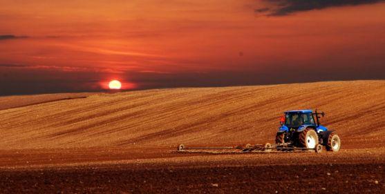 Un tractor en labores agrarias en una temporada anterior.