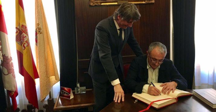 El dirigente sindical firmando junto al alcalde