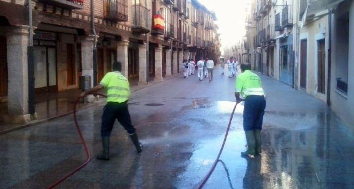 Operarios en labores de limpieza.