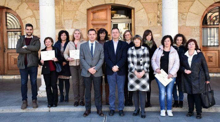 Alcalde y representantes del Ecyl con las alumnas.