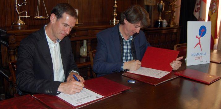 Del Castillo y Martínez (dcha.) en la firma. /Ayto.
