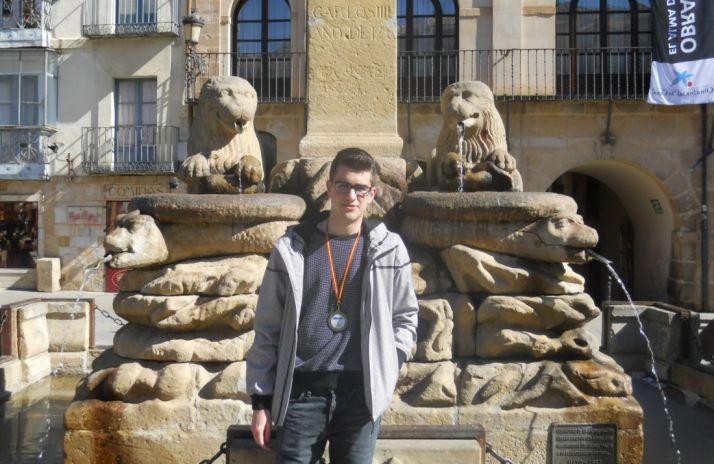 Rodrigo Ortega Izquierdo con su medalla en la plaza Mayor. SN
