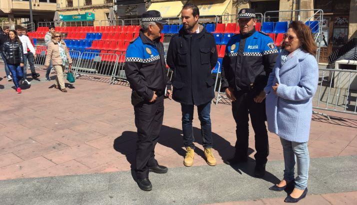 Los concejales Lourdes Andrés y Ángel Hernández con agentes de la Policía Municipal. /Ayto.