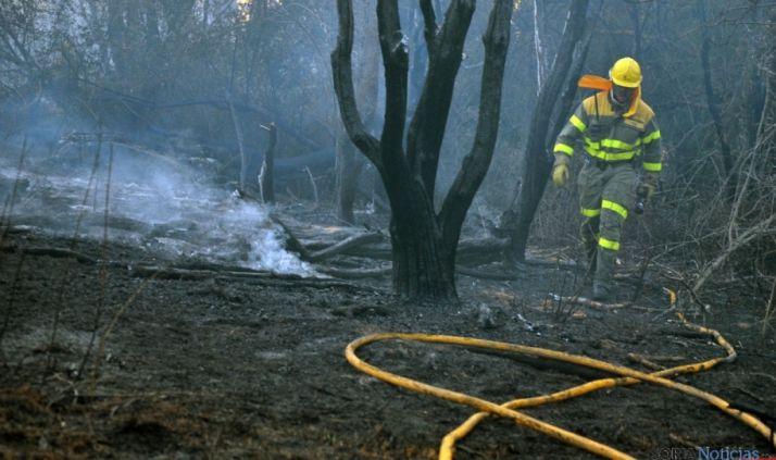 Un trabajador anti-incendios en una imagen de archivo./SN