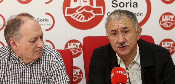 Álvarez (dcha.) en la sede de UGT junto con Temprano. /SN