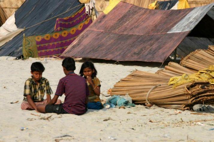 Unos niños en un campo de refugiados.