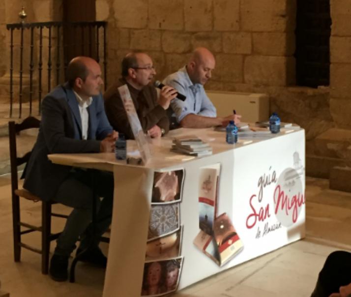 Foto 1 - Presentado el libro-guía de San Miguel de Almazán