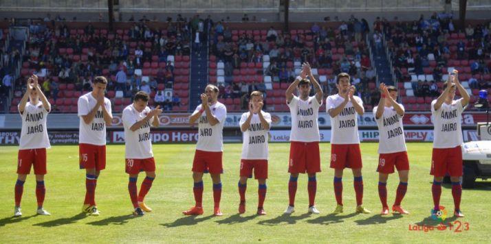 Los jugadores del Numancia con camisetas de apoyo a Jairo en el último partido.
