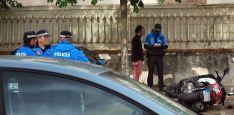 Un agente instruye diligencias junto a la motocicleta siniestrada. /SN