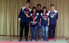 Los adnamantinos con sus medallas.