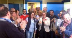 Angulo recibe la felicitación de sus compañeros de partido tras los resultados.