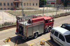 Efectivos de los bomberos en la calle Enrique Pascual Oliva. /Sara Roncal