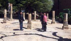 El alcalde (izda.) junto a los elementos trasladados.