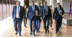 El consejero (2º izda.), con el equipo de su Departamento en la presentación de los presupuestos.